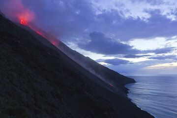 In the evening of 14 Jan, the so-far largest lava flow from the NE crater of Stromboli occurs. (Photo: Tom Pfeiffer)