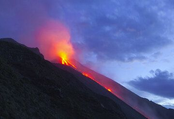 Lava flow on the Sciara del Fuoco in January 2013, Stromboli volcano, Eolian Islands, Italy (Photo: Tom Pfeiffer)