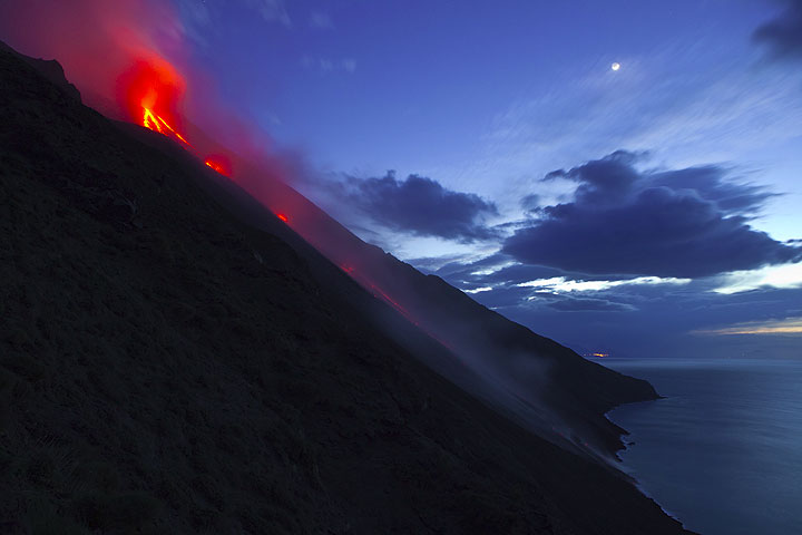 Wide-angle view of the Sciara del Fuoco on 14 Jan with the active lava flow. (Photo: Tom Pfeiffer)