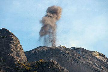 Penacho de ceniza de la erupción vista desde el punto de vista de 400 m en la tarde del 9 de junio. (Photo: Tom Pfeiffer)