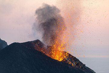 Salpicaduras de líquidos expulsadas durante una erupción modesta del respiradero NE. (Photo: Tom Pfeiffer)