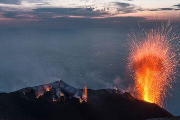 Vista de Pizzo. Contamos una ventilación activa total 14 ó 15, mientras que una erupción ocurre desde el cráter NE. (Photo: Tom Pfeiffer)