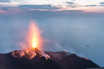 Una de las frecuentes erupciones del hornito NE. (Photo: Tom Pfeiffer)