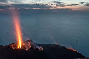 Alta erupción del respiradero occidental. (Photo: Tom Pfeiffer)