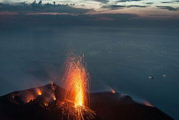 Erupciones estrombolianas también ocurrieron de vez en cuando del respiradero del cráter central, que de otra manera era constantemente las salpicaduras. (Photo: Tom Pfeiffer)