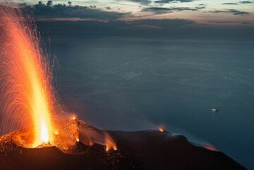Potente explosión del respiradero occidental. (Photo: Tom Pfeiffer)