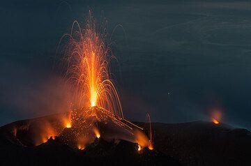 Erupción estromboliana suave del hornito NW y salpicaduras de 3 otros respiraderos en el cráter central y occidental. (Photo: Tom Pfeiffer)
