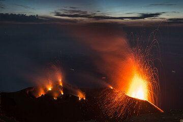 Erupción brillante del respiradero NE. (Photo: Tom Pfeiffer)