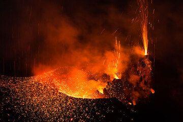 El cráter occidental y las salpicaduras de dos respiraderos (Photo: Tom Pfeiffer)