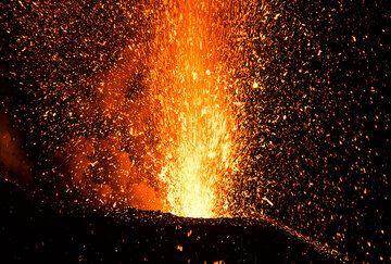 Erupción en el cráter NE (Photo: Tom Pfeiffer)