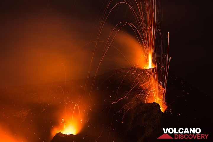 In the upper area of the image: a pale purple flame (or incandescent gas?), similar to a giant Bunsen burner, often erupts for seconds with great speed from the NW hornito and usually precedes jet-like, very noisy eruptions from this vent. (Photo: Tom Pfeiffer)