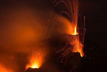 En la zona alta de la imagen: una llama púrpura pálido (o gas incandescente?), similar a un gigante mechero de Bunsen, a menudo estalla segundos con gran velocidad del hornito NW y precede generalmente muy ruidosas, con chorro de erupciones de esta abertura. (Photo: Tom Pfeiffer)