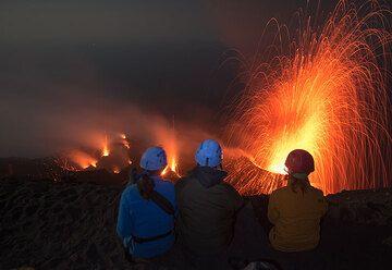 Parte de nuestro grupo pasando un buen rato viendo las erupciones muy frecuentes. (Photo: Tom Pfeiffer)