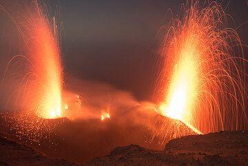 Dos erupciones estrombolianas grande de los respiraderos occidentales y NE al mismo tiempo. (Photo: Tom Pfeiffer)
