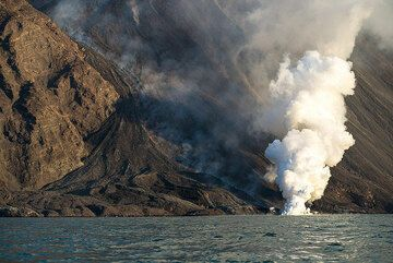 Only one flow remained active a day after the initial surge of lava descended. (Photo: Tom Pfeiffer)