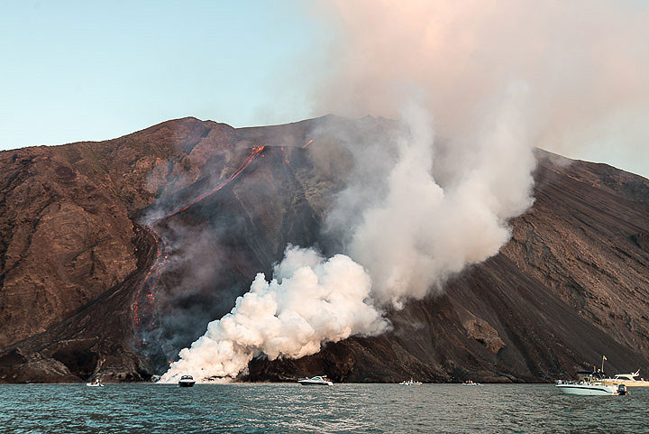 View of the lava flow and the sea entry in wide angle. (Photo: Tom Pfeiffer)