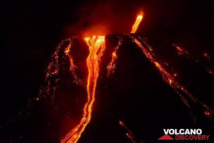 The lava flow(s) in the evening of 8 Aug, below the 2003 plateau. (Photo: Tom Pfeiffer)