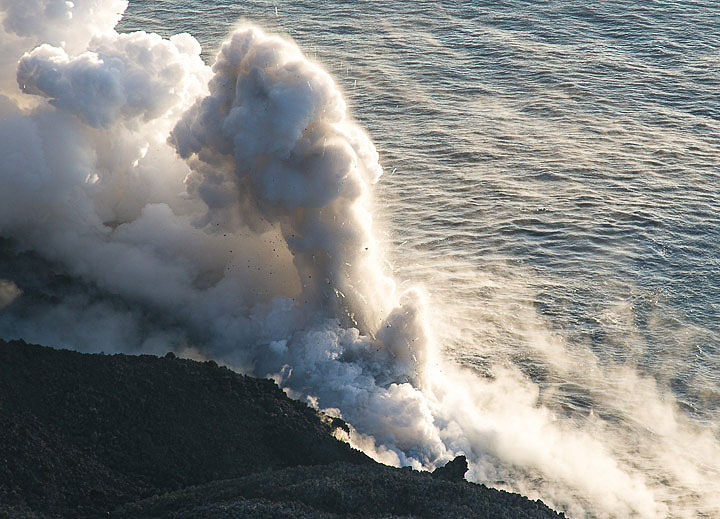 9 August: after stopping to reach the shore in the morning, the lava front reaches the sea again in the afternoon, producing small explosions as the hot lava touches the water. (Photo: Tom Pfeiffer)