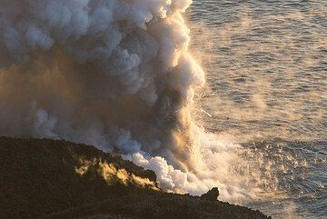 Explosive interaction between water and lava. (Photo: Tom Pfeiffer)