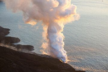 Towards the evening, the sea entry weakens. Absence of wind lets the steam plume rise vertically. (Photo: Tom Pfeiffer)