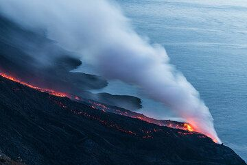 The still active lava flow on 9 August and the several deltas produced by the multiple fronts that had reached the sea on 7 August. (Photo: Tom Pfeiffer)