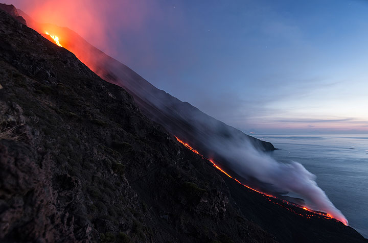 The lava flow down the Sciara del Fuoco after sunset. (Photo: Tom Pfeiffer)