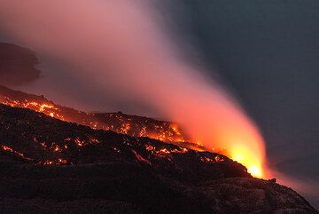 The front of the lava flow at the shore at night. (Photo: Tom Pfeiffer)