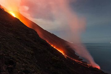 The full moon up, the scene with the lights of the lava, the blue sea and the slope of the volcano and distant islands is simply beautiful. (Photo: Tom Pfeiffer)