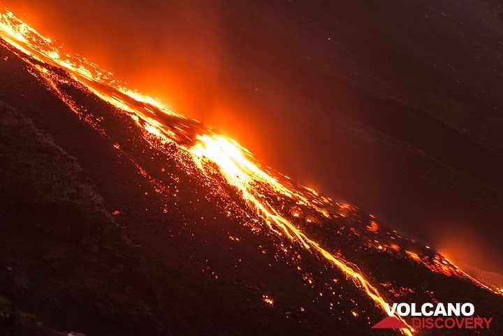 Rockfalls and slowly moving lava in the lower part of the Sciara on 11 Aug evening. (Photo: Tom Pfeiffer)
