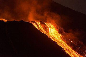 The lava passing the break-in-slope on 9 Aug evening. (Photo: Tom Pfeiffer)