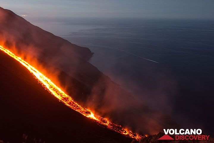 The central portion of the lava flow at dawn of 10 Aug. (Photo: Tom Pfeiffer)
