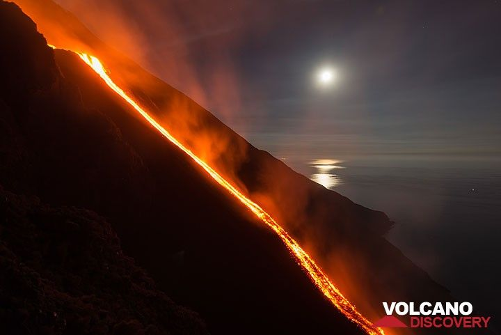 Setting full moon and the lava flow (10 Aug morning), seen from the 400 m viewpoint. (Photo: Tom Pfeiffer)