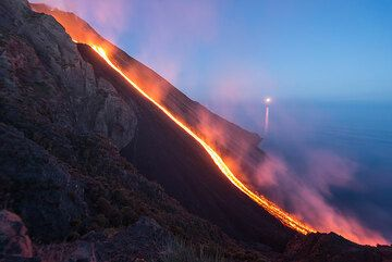 Moonset behing lava flow (Photo: Tom Pfeiffer)