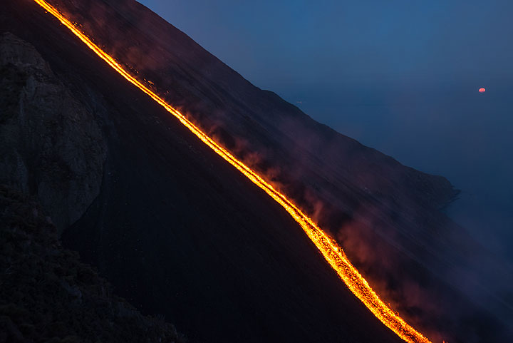 Moonset and the lava flow (2) (Photo: Tom Pfeiffer)