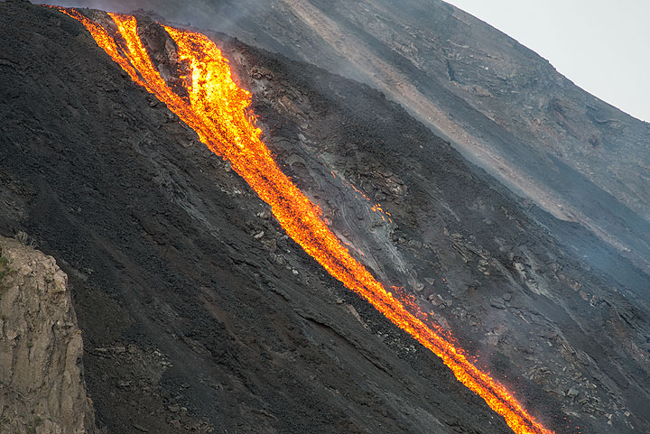 The lava flow passing the break-in-slope at the lower end of the 2003 lava plateau. (Photo: Tom Pfeiffer)