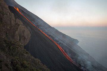 The lava flow in the morning light (Photo: Tom Pfeiffer)