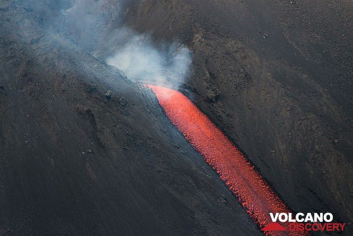 The lava flow exiting from the vent. (Photo: Tom Pfeiffer)