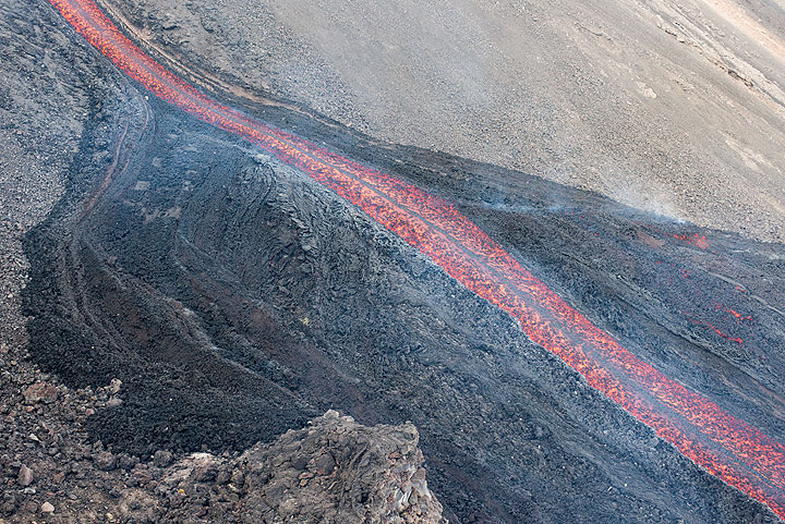 When the lava flow met the flatter 2003 plateau, it widened into several branches, but shortly after retreated into its main channel. (Photo: Tom Pfeiffer)