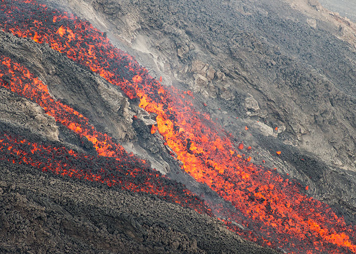 The lava flow shortly splits into 3 branches and lava blocks fall off at the break in slope behind the 2003 lava delta. (Photo: Tom Pfeiffer)