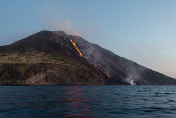 10 August evening: the lava flow still (or again) reaches the sea. (Photo: Tom Pfeiffer)