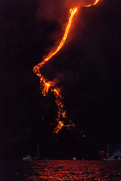 Most of the lava accumulates in a dammed area of the main channel approx. 50 m above shore. (Photo: Tom Pfeiffer)