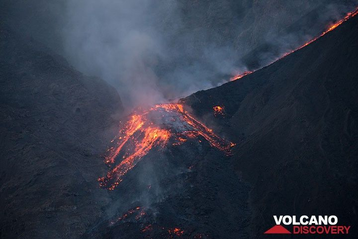 Active lava flow front damming the main channel about 100 m above the shore line (morning of 11 Aug). (Photo: Tom Pfeiffer)