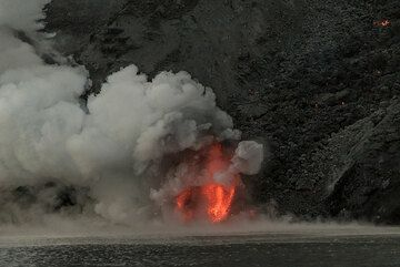 Sometimes, explosions are more vigorous; in the twilight, the glowing lava is still impressive. (Photo: Tom Pfeiffer)