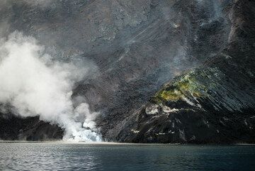 The main lava flow channel, approx. 10-15 m wide at the shore. (Photo: Tom Pfeiffer)
