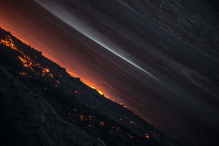 Rockfalls and slowly advancing lava flow front on the evening of 11 Aug (Photo: Tom Pfeiffer)