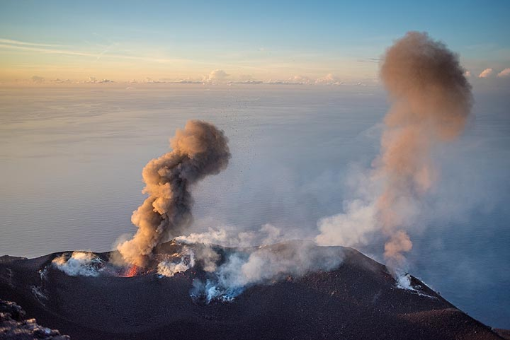 Shortly after, the westernmost vent also erupts. (Photo: Tom Pfeiffer)