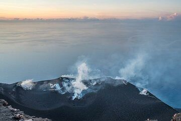 At sunset, the crater terrace becomes exceptionally clear. (Photo: Tom Pfeiffer)
