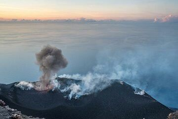 Sequence of an ash-rich eruption from the westernmost vent. (Photo: Tom Pfeiffer)
