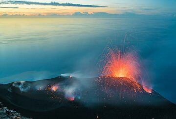 A smaller eruption from the NE vent, which has been the protagonist in recent weeks. (Photo: Tom Pfeiffer)