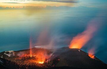 While spattering and glow become visibe from the NE vent (right in picture), a small jet-like eruption occurs from the smaller vent in the western crater while the central vent in the southern crater area (lower left) also has a small eruption. (Photo: Tom Pfeiffer)